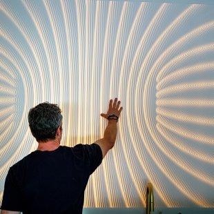 חיפוי קיר עשוי קוריאן לבן בבית פרטי. פנל קוריאן מעובד במכונה ממוחשבת cnc במראה רב מימדי בשילוב תאורה אחורית. שילוב של טכנולוגיה מתקדמת של בוריסטון ועיצוב פרמטרי בלעדי M.R.Walls ארה״ב,